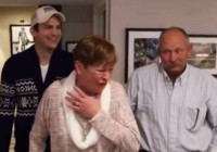 Ashton Kutcher sorprende a su mamá #VIDEO